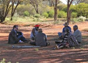 El profesor Eske Willerslev habla con ancianos aborígenes en el suroeste de Australia. Preben Hjort, Mayday Film.