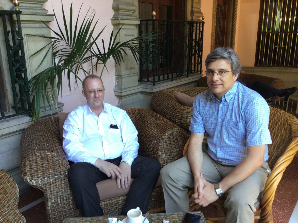 Los profesores Ron Kikinis (i) y Juan Ruiz Alzola (d), durante la entrevista. / C.S.